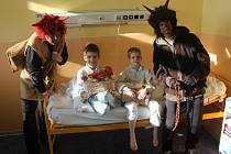 Dětské oddělení Uherskohradišťské nemocnice navštívil 5. prosince svatý Mikuláš i se svojí družinou, aby dětem nadělil dárkové balíčky firmy Hamé.
