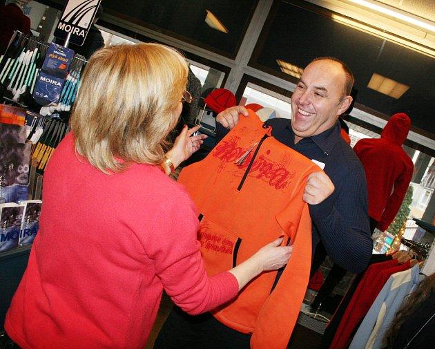 Nakupující si pořizuje oblečení na lyže ve zlínské prodejně Moira.
