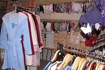 Obchody jsou v předvánočním čase zaplněny zbožím.