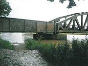 Řeka Morava nebezpečně stoupala pod železničním mostem.