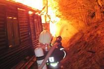 Oheň v neděli 3. května zcela zničil chatu na Mikulčině vrchu.