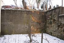 Vedení mistřické radnice doufají, že prasklá zeď držící svah u školy ještě nějaký čas vydrží. Bez dotace ji totiž zřejmě nebude moci opravit