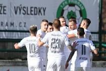 Fotbalisté Slovácka (v bílých dresech) zvítězili v Příbrami s přehledem 4:1.