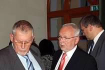 Květoslav Tichavský (vpravo) diskutuje s Ladislavem Šupkou během pondělního ustavujícího zastupitelstva.