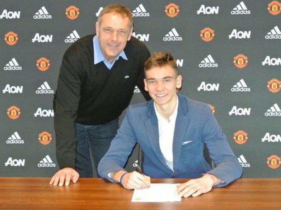 Sedmnáctiletý brankář Slovácka Matěj Kovář podepsal ve slavném Manchesteru United smlouvu na dva a půl roku.