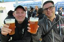 Jarošovský Oktoberfest bavil na dvě tisícovky milovníků piva. Přijela ji skupina kamarádů ze Štěpnic.