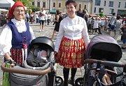 Východní Slovácko v Hradišti na Slováckých slavnostech vína a otevřených památek obsadilo místo Brodu Mariánské náměstí. Františka Hauerlandová (vlevo) s dcerou Antonií a svými dvěma pravnoučaty v kočárcích.