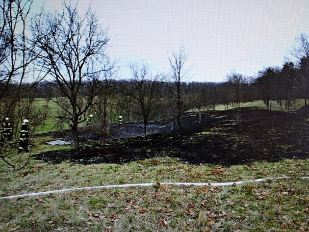 Hasiči museli likvidovat požár travního porostu u Vlčnova.