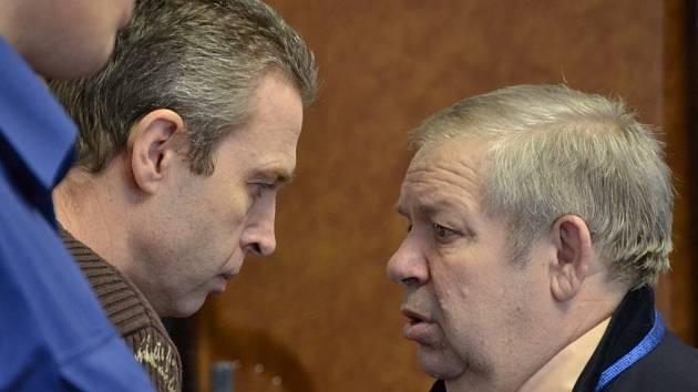 Parašutista Petr Šťastný obžalovaný z trestného činu vydírání (vlevo) se radí se svým obhájcem Antonínem Blažkem.