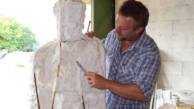 Sochař Robert Buček v současnosti intenzivně pracuje na vyhotovení sochy Jana Antonína Bati.