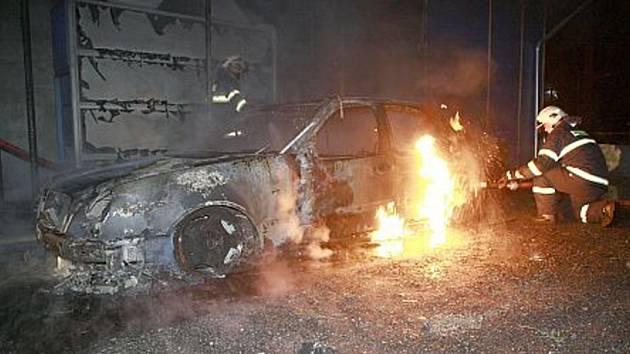 Auto bylo úmyslně zapáleno.