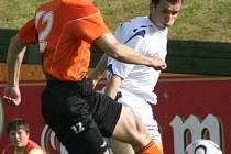 Záložník Slovácka Petr Filipský (v bílém) vyrovnával ve Fulneku na 2:2. Jeho gól však hostům na body nestačil.