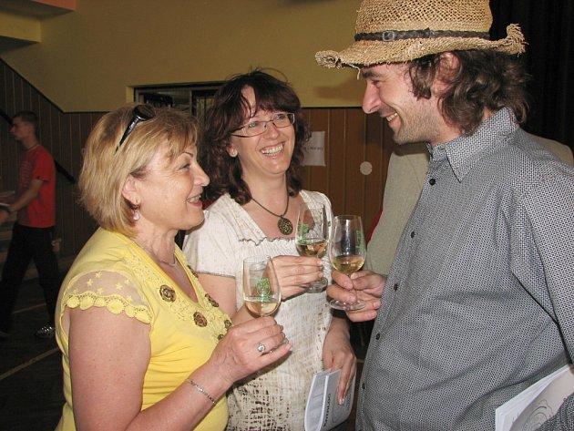 Ředitelka DDM ŠIKULA Uherské Hradiště Libuše Srpová (vlevo) si připila na zdraví hercem Otto Kalusem ze seriálu Velmi křehké vztahy (v roli Filipa).