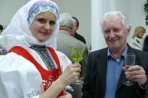 Lenka Jurečková si připíjí na úspěch své výstavy v Žeravicích s primášem Martinem Hrbáčem.
