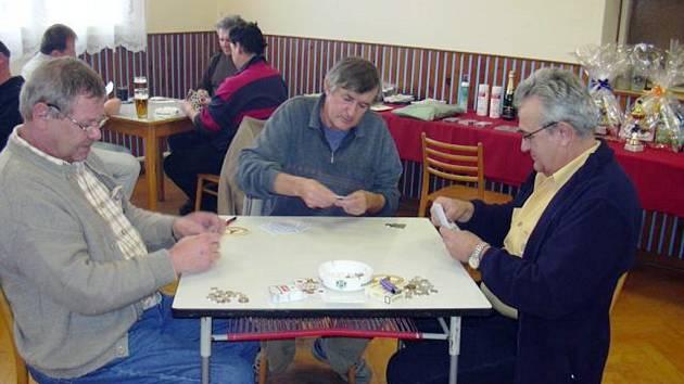 Hospůdka se proměnila v karetní arénu.