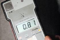 Přístroj na měření alkoholu v dechu.