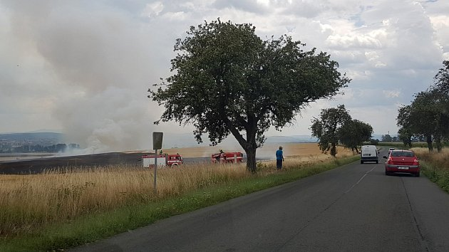 Požár pole mezi Starým Městem a Huštěnovicemi