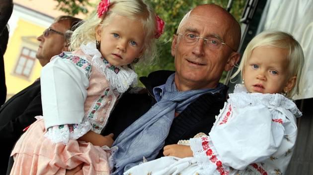 Ivo Valenta (současný senátor) s dcerami na Slavnostech vína v roce 2014. Ilustrační foto.