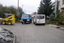 Oprava komunikace v ulici Družstevní vyvolala vlnu nesouhlasu ze strany obyvatel čtvrti.