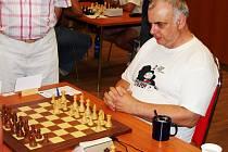 František Vrána právě zahájil jednu ze svých vítězných partií.
