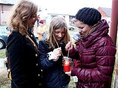 Tradiční poselství předávali Tupeští skauti lidem pomocí špejlí u dveří jejich domovů.