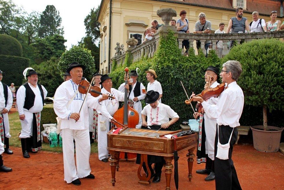 Česnekem byl provoněn nejen areál buchlovického zámku, ale i městečko Buchlovice. Zkrátka nepřišli ani milovníci zpěvu, hudby a recese.