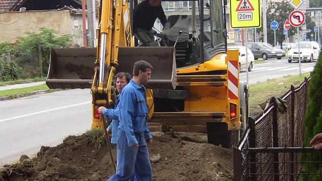Práce na cyklostezce dělníci vykonávají za pomoci mechanizace.