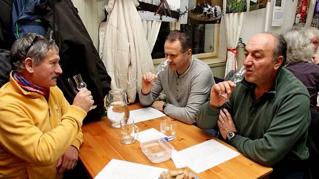 Vsalašské hospodě Na Dolině zasedlo vpátek večer kposouzení vzorků destilátů přes 50 porotců a porotkyň.
