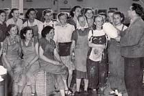 Pracovnice textilního závodu Slezan Staré Město při poradě vedené mistrem provozu, 50. léta minulého století.