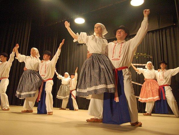 Tanečníci folklorního souboru Kalina.