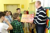 Žáci Základní školy Červená cesta v Kunovicích získali na dobročinné účely 10.020 korun. V pátek 16.února předali symbolický šek řediteli Charity Uherské Hradiště Jiřímu Jakešovi.