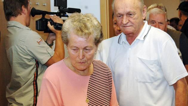 Květoslava Janochová, matka zemřelého Vojtěcha, přichází do soudní síně. Z jednání však byla na žádost advokátů obviněných vyloučena.
