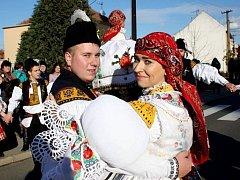 Soutěžní pár číslo 14 – Kristýna Koňaříková a Tomáš Běhůnek, stárci na hodech v Nedachlebicích 14. – 15. listopadu.