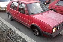 Na hlavním průtahu Uherským Hradištěm po třídě Maršála Malinovského řídil starší VW Golf, který jel na jedné straně pouze po zcela zdeformovaném disku. Kolo nemělo žádnou pneumatiku!