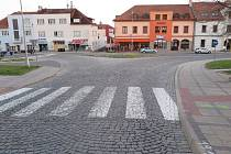 Řidička vozidla Dacia jela od ulice Prakšická k ulici Mariánské náměstí, kde se střetla s nezletilým chlapcem přecházejícím po přechodu pro chodce ve směru od základní školy k Domu kultury.