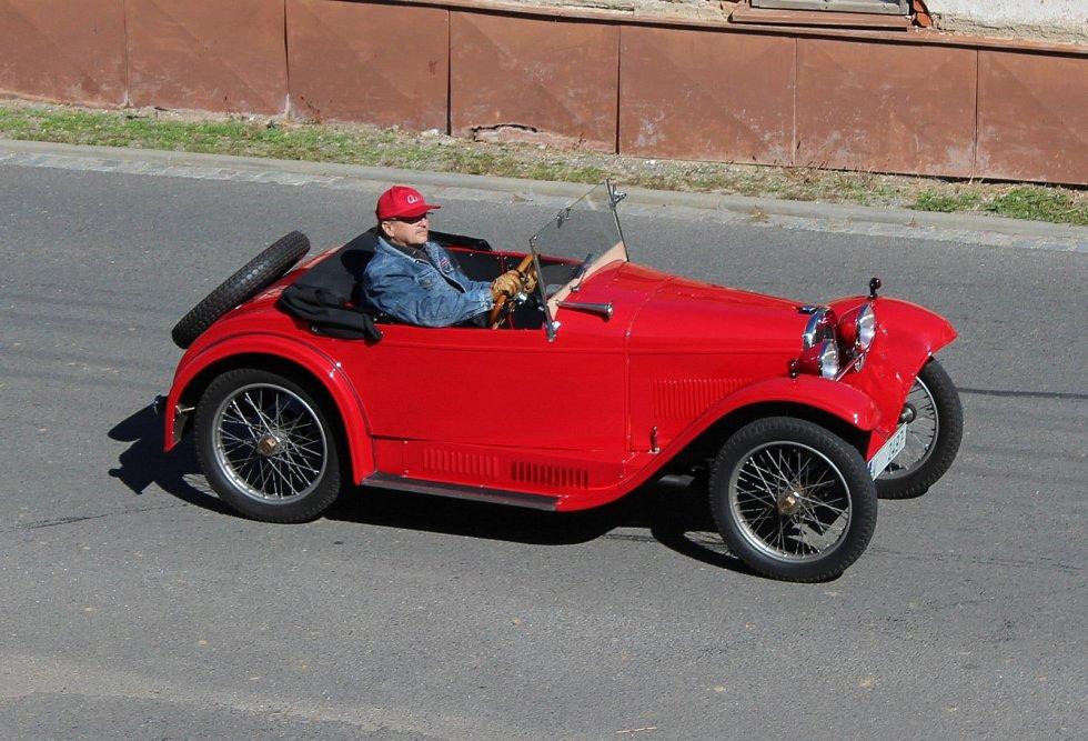 Slunečné počasí přálo vneděli cílové jízdě členů Slováckého Veteran Car Clubu Uherské Hradiště.