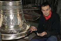 Zvonař Josef Tkadlec dokončuje výrobu čtyř zvonů pro římskokatolický kostel svatého Václava v Boršicích. Výroba zvonů trvala přibližně rok.