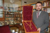 Výstava medailí, vyznamenání a insignií medailéra Andrého Víchy a unikátních knih vydavatelství Soliton v Městské knihovně ve Starém Městě.