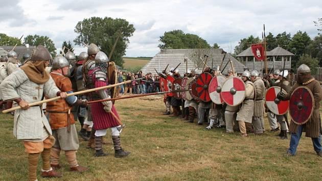 Ve slovanském opevněném hradisku v Modré se o víkendu odehraje už osmý ročník historického festivalu spojeného s velkomoravskou bitvou Veligrad 2013 – Boj o hradiště.