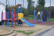 Původní průlezky na dětském hřišti před obecním úřadem ve Veletinách nahradily moderní prvky.