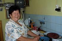 Jiřina Fujdiaková vaří svůj guláš.
