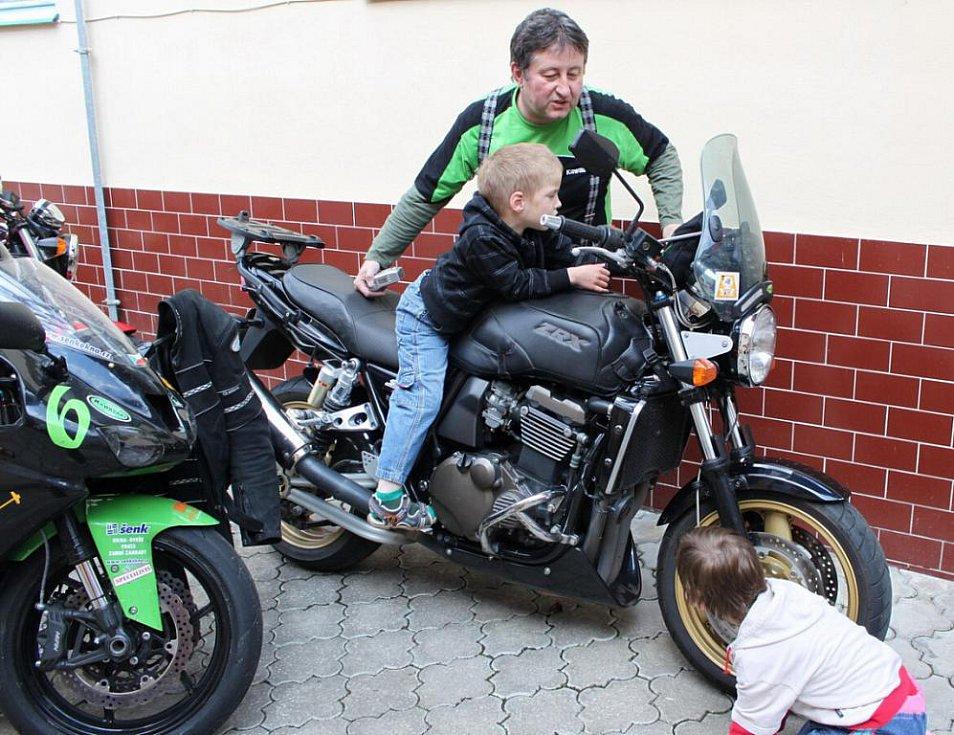 Hendikepovaní klienti byli spokojeni, když se mohli na stroje Kawasaki posadit.