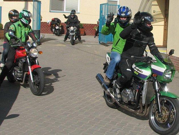 Motorkáři na nablýskaných mašinách opouštějí domov v Salašské ulici.