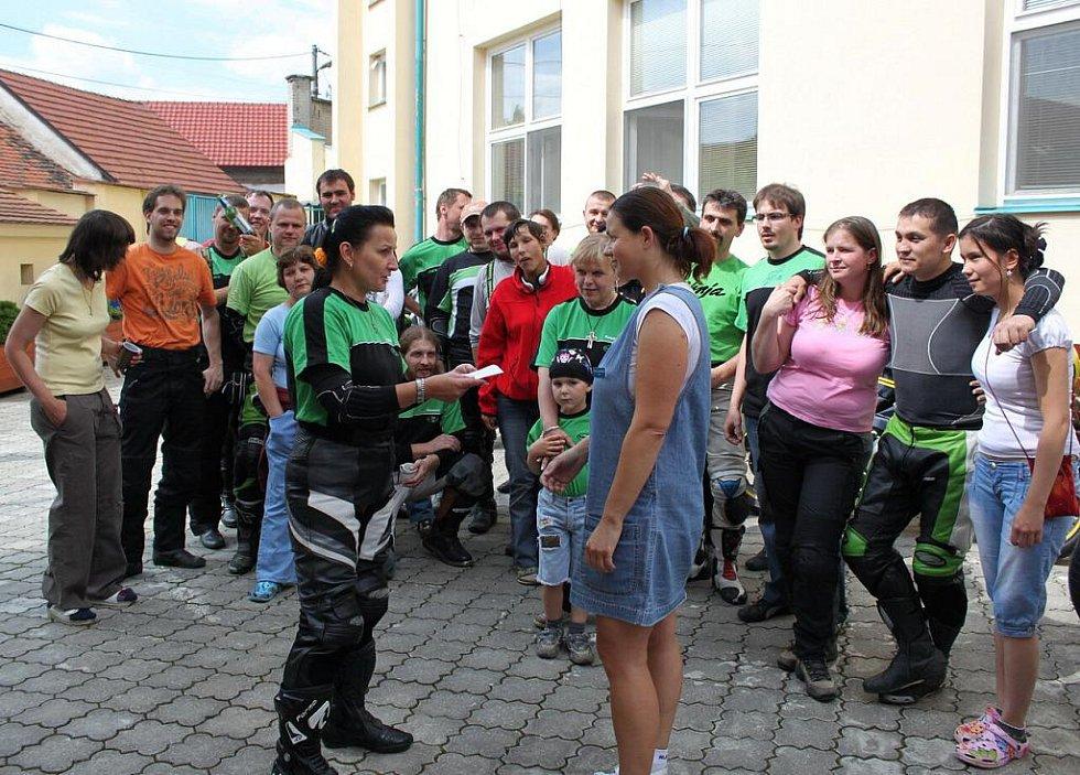 Helena Peňasová (vlevo) předala pracovnici domova Patrici Kolískové finanční dar od motorkářů.