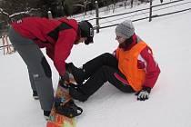 První pokusy redaktorky Slováckého deníku Adély Buráňové na snowboardu se obešly bez pádu prý jen díky instruktorce Simoně Tvrdé.