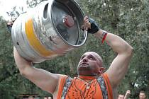 Svoji sílu změřili motorkáři také při vzpírání bečky piva.