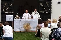 Kytice z obilných klásků před mobilním oltářem pod širým nebem i obilné klásky za ním zdobící vstup do kaple sv. Rocha na Černé hoře nad Uherským Hradištěm. Takový byl symbol druhé a poslední letošní pouti na toto místo, sloužené za úrodu i k poctě sv. Ro