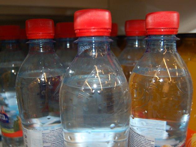 V regálech marketu bylo několik desítek lahví s prošlým datem trvanlivosti.