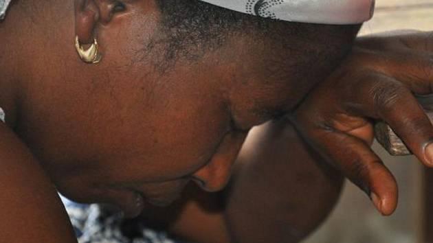 Pastorova žena Marta se modlí za nemocnou.