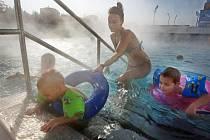 Návštěvníci uherskohradišského aquaparku si i během tuhých mrazů, které v tomto období panují, užívali v pátek 10. února venkovní koupání.